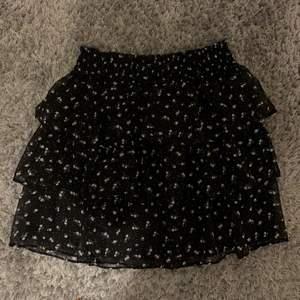 Så söt volang kjol slutsåld!! Väldigt populär den är helt oanvänd storlek 34💕 köparen står för frakt