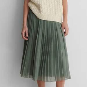 Jättefin plisserad långkjol i en olivgrön färg. Finns en underkjol och den har ett skönt töjbar resor i midjan! Använd endast en gång💞köparen står för frakten💞