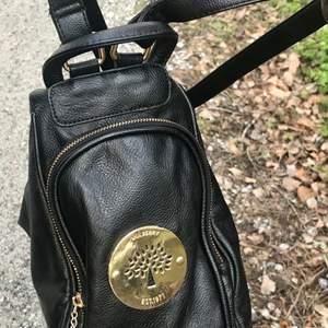 Grymt snygg Mulberry handväska eller så kan du ha den som en ryggsäck om du vill. Jag har provat båda, å den/dom funkar toppen, hur du än väljer. Inte äkta så klart! Men är en grymt snygg kopi. Är mycket sparsamt använd, så den är fortfarande super fräsch.
