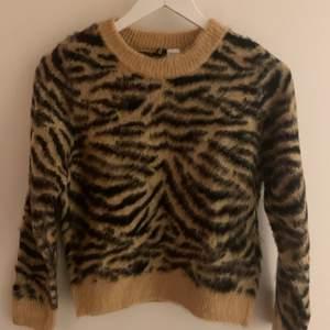 Jättemysig oanvänd stickad tröja i storlek XS. Supermysigt material :)🤍