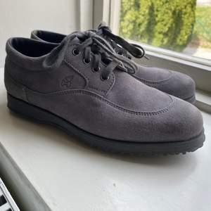 Helt nya Hogan skor i mocca, de är kända för att vara världens skönaste skor (aldrig använda, endast testade) Made in Italy! Nypris: ca 2000-3000 kr mitt pris: 980 kr har en till annons där jag säljer likadana fast i brunt så om ni är intresserade, gå gärna in och kolla:))