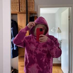 Daily paper hoodie som är tie dyed. Nästan aldrig använd. I storlek M. Köpte för 1200kr och säljer för 500kr.