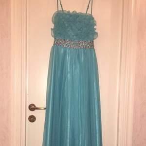 Ljusblå fin långklänning som passar till bal, fest, bröllop. Bra skick och endast använd 1 gång. Storlek XS-S. Den är stretchig. Hämtas i Sollentuna.