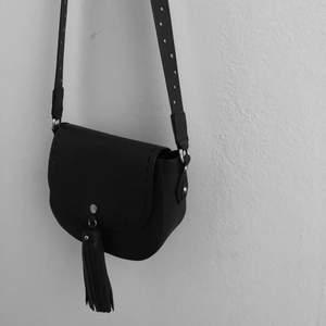 Väska Från H&M svart med toffs.Köparen står för val och kostnad av frakt