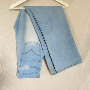 Säljer mina favorit byxor som ni ser på bild är väldigt använda. Säljer p.g.a att de är för små.                                         Midjemått: 33cm Innerbensmått: 74cm Byxlängd: 105                     Kan mötas upp i stan eller leverera, då köparen står för frakt!