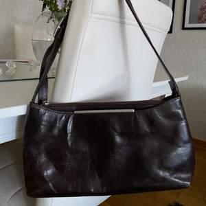 Liten väska som är super snygg! Brunt läder. Vintage men bra skick!