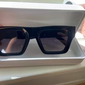 Säljer dessa solglasögonen från Chimis kollektion med H&m . Jätte coola svart solglasögon tyvärr inte min stil. Slutsålda på hemsidan. Endast testade