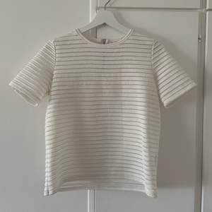 Söt vit-T-shirt från märket Pimkie som är lite genomskinlig i materialet🤍🤍storlek s!