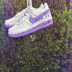 Säljer custom Nike air force 1 i storlek 38,5!Aldrig använda bara designat. Frakt tillkommer! Använt mig av: Aceton, Angelus färg och matt finisher