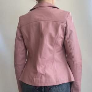 Rosa läderjacka som är köpt secondhand i storlek 34, 130kr + frakt 💕