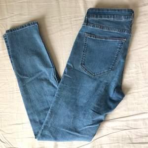 Jeans i storkek 26, passar mig som har ungefär xs i jeans. Sällan använda så i fint skick, klippt de själv! Frakten är 66:- spårbar
