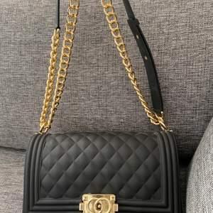 En fastion handväska,nyskick och passar fin på alla