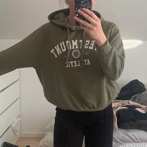 Super fin hoodie från Gina tricot i stl M. Oversized och super skön, använd fåtal gånger och är inte i ett urtvättatt skick. Tröjan är väldigt fin och passar till mycket. Om ni är intresserade hör av er på pm, eller för fler bilder eller frågor. Nypris är 299kr mitt pris är 50kr+frakt.☺️
