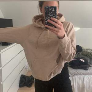 Super fin hoodie från H&M i stl M. Oversized och super skön, använd fåtal gånger och är inte i ett urtvättatt skick. Tröjan är i en väldigt fin gammalrosa/beige färg och passar till mycket. Om ni är intresserade hör av er på pm, eller för fler bilder eller frågor. Nypris är 299kr mitt pris är 50kr+frakt.☺️