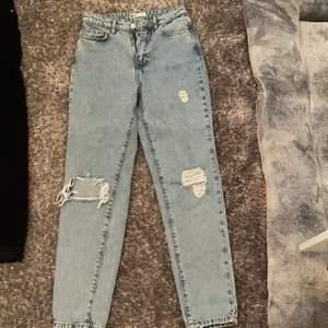 Blåa jeans från ginatricot, använda ett flertal gånger men det finns inga tecken på det, ser ut som på hemsidat-ljuset var dåligt, köpta för 499kr