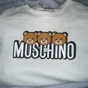 Fräsch o fin moschino tröja!!! Äkta! Nästan aldrig använd och i fint skick. Säljer pågrund av ingen användning (kan gå ner i pris vid snabbaffär)