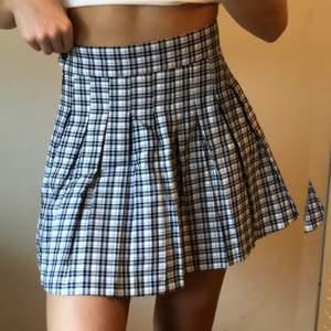 En lila, svart och vit rutig kjol i en oldschool stil ifrån Bershka i storleken 32! 😍