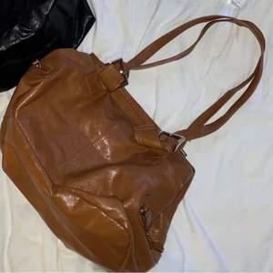 Säljer denna bruna väskan. Köpt second hand. Köpare står för frakt.