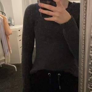 Fin mörkblå tröja från only i storlek xs. Den börjar bli för liten för mig, därav säljes. Köparen står för frakten💕