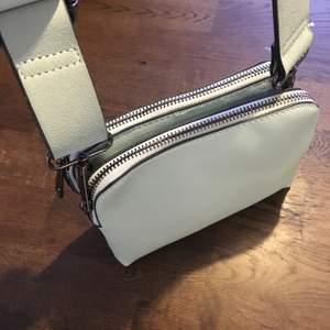 Ljusblå/turkos väska med två fack. I bra skick, använd ett fåtal gånger.