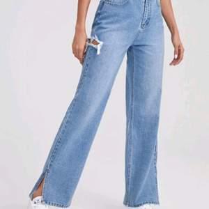 Ett bar super snygga jeans som går över skorna. Endast använd en gång så de är basically helt nya🥰. Frakten ingår i priset