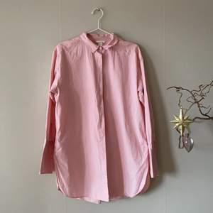 En rosa lång tröja ifrån HM, skjortan har bredare ärmar. Skjortan är i bra skick.