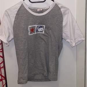 Snobben T-Shirt i storlek 38/40 men sitter som en XS.Om du är intresserad skicka ett pm så tar jag reda på frakten (Spårbart kostar 66kr 1kg) 💗 det går även att samfrakta om du köper flera grejer.