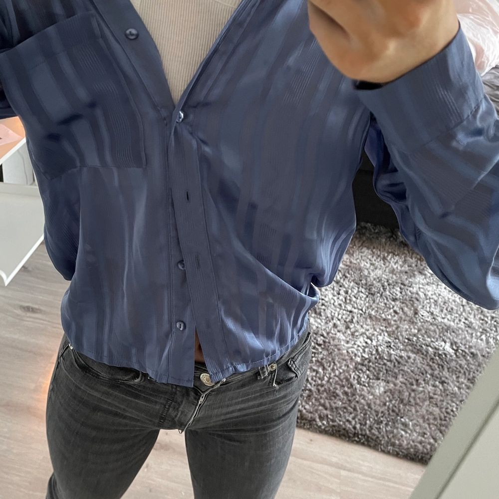 Blå skjorta lite randig med lite genomskinligt tyg🥰🥰. Skjortor.