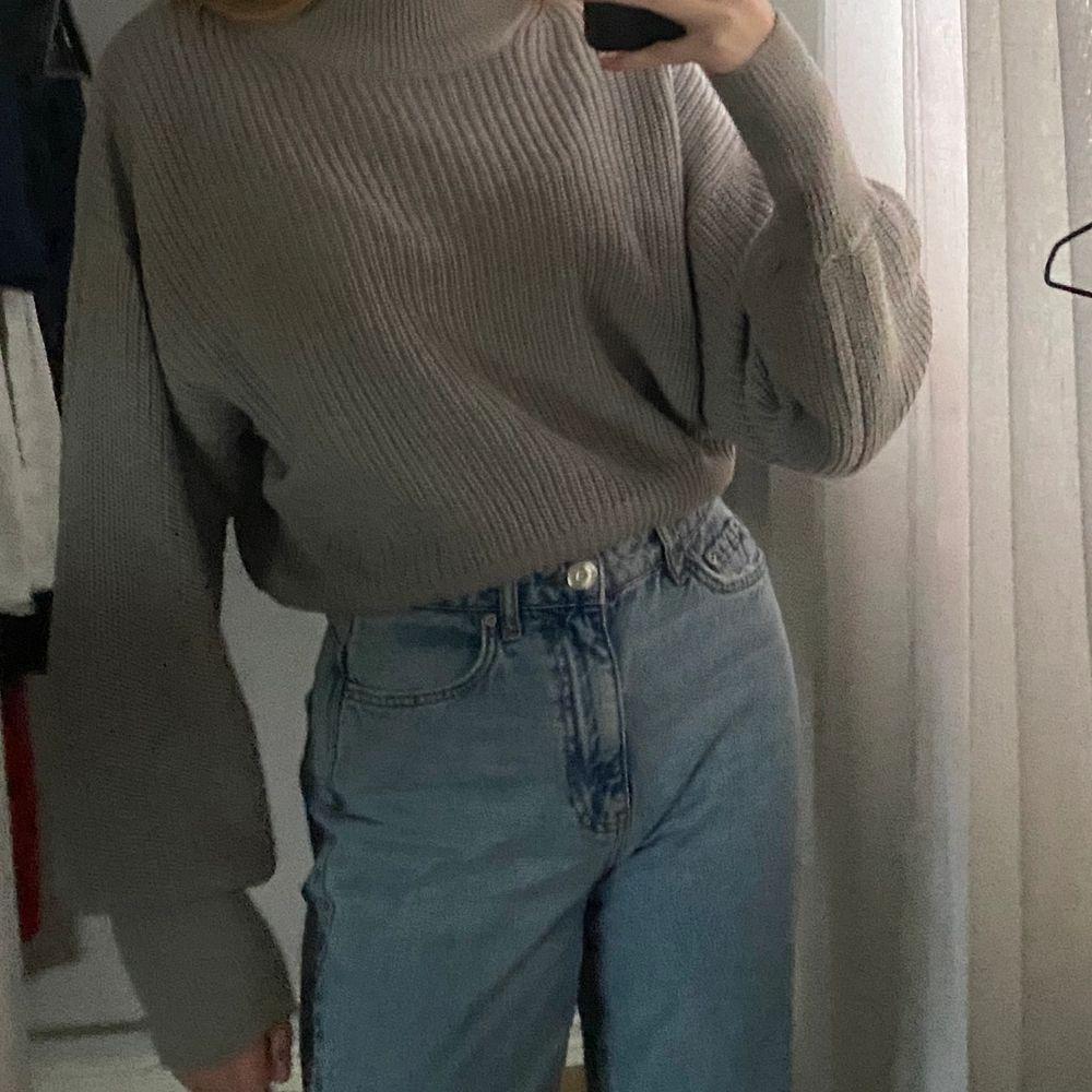 Denna tröjan är i fint skick och är perfekt för vintern. 50% bomull och 50% akryl. Stickat.
