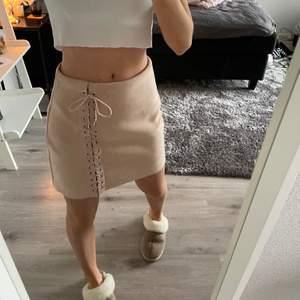 Begie rosa mocka kjol skön och snygg inga fel och har en dragkedja längst bak✨✨