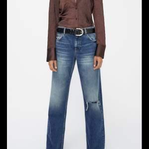 Säljer dessa sjuuukt snygga slutsålda zara jeans. Säljer pågrund av att jag beställde två storlekar och den större passade bättre😚 prislapp fortfarnade på