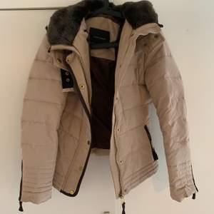 Säljer en här jackan ifrån Zara då den inte kommer till användning längre. Den är väldigt fin det enda som är att anmärka är att dragkedjan är lite krånglig, går säkert och fixa till lätt.