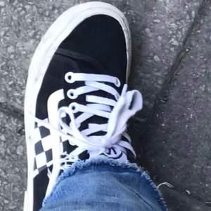 Vans skor (svart/vita) använd någon gång då jag varit och skateat vilket jag inte gör längre och då känner att jag inte behöver ha dem liggandes hemma, men annars helt oanvända! Jag köpte dem för 800kr men mitt pris är 200kr☺️😇