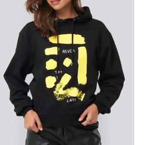En as cool hoodie med ett gult tryck på bröstet 💛