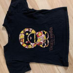Baby milo/ bape/ bapesta/ bathing ape T-shirt. Köptes på plick för ett tag sen men säljer nu då den inte kommer till användning. Storlek S. (Oklart varför bilderna blev snea) Dm för fler bilder vid intresse 🌟