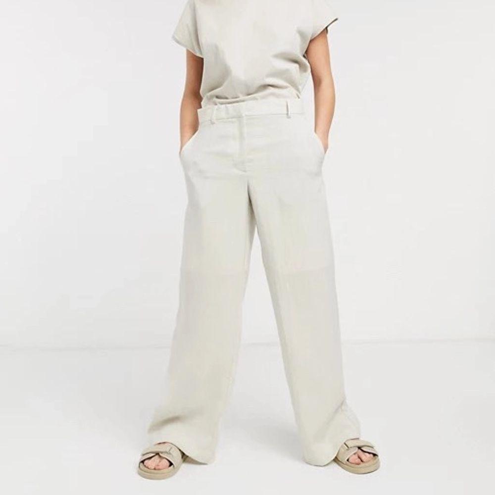 Säljer dessa sjukt snygga linnebyxor från weekday som e helt slutsålda, endast testade då de e för korta för mig nypriset på dom är 500 kr🤩🤩 . Jeans & Byxor.