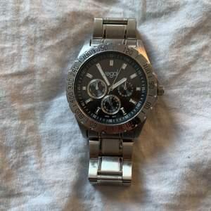 En silver Regal klocka köpt på Ur&Penn för 400 och säljer den för att den inte har någon användning. Perfekt super fin och i bra skick.