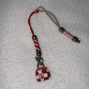 Jag vet inte riktigt vad detta är men man kan använda det som en nyckelring/hängsmycke :)                                              Frakt tillkommer!