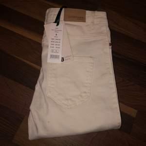 Säljer ett par Molly-jeans från Gina Tricot, ALDRIG ANVÄNDA 🦋 highwaist och skinny i offwhite, storlek S. Bara legat i garderoben tyvärr så jag hoppas att de sitter som en smäck på någon annan!