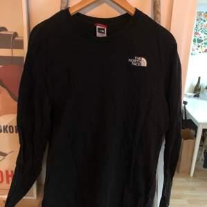 Longsleeve tshirt, väldigt lite använd, fint skick.