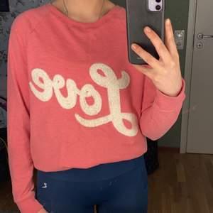 Mysig och varm tröja från Hennes och Mauritz i rosa med vitt tryck. Använd men i bra skick.