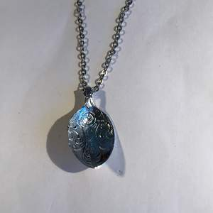Halsband kedja i silver och skeden ockå i server med ett fint mönster