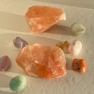 Säljer saltsten cirka 10 cm lång! 💕 perfekt att denorera rum med & passar bra att vara med ädelstenar! 💕 ett hål i stenen för att tända ljus! kfrakt 50 kr