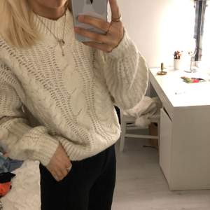 Den är vitare än vad som visas på bild. Super fin stickad tjock tröja!