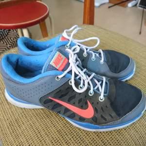 Nike-sneakers med snygg utformning och snygga färger. Bra beg-skick, liten slitning på insidan av ena skon som syns på sista bilden. Passar 38🍀