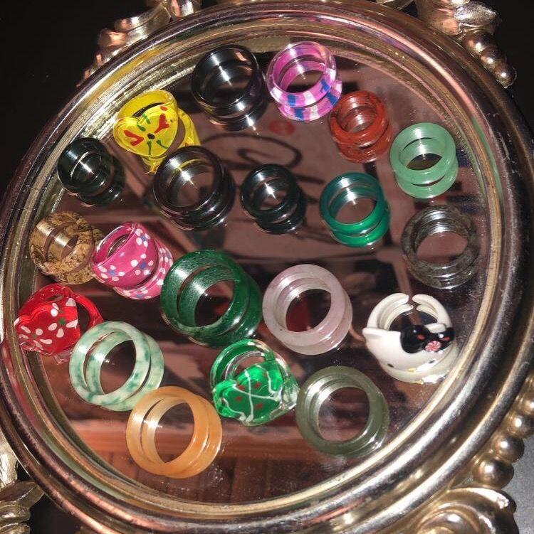 Säljer nu mina as coola ringar som jag älskar sååå mycket!!💞 alla är kristall ringar förutom de på sista bilden och sedan två av metall. Jag vet tyvärr inte vilka kristaller alla ringar är gjorde av, men jag kan försöka kolla upp det om det skulle behövas!!🥰 ingen utav de är reglerbara förutom hallo kitty ringen💞. Och det finns många olika storlekar, ja mäter såklart diametern på ringen om det skulle behövas!! Jag kommer sälja alla kristall ringar för 60kr då de är i fin kvalitet. Plast ringarna säljer jag för 50kr styck. Skriv privat ifall du vill ha fler bilder eller bara har någon fråga!!☺️💕. Accessoarer.