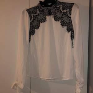 Säljer denna blus från Vero Moda, endast använd 1 gång. Säljer den för 60kr + frakt.