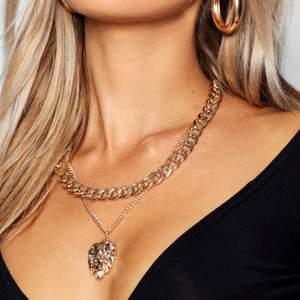 Guld layerd kedja/halsband med en chunky kedja och en smalare kedja med ett lejon. Riktigt snyggt! Aldrig använt. Toppen skick, som ny! Ser ut som på bilderna ovan. Kan skicka bilder på halsbandet via meddelanden.