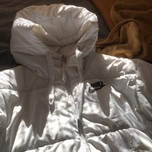 Nike jacka i superfint skick förutom små fläckar som knappt syns (se bild 3) jackan är använd 1 vinter men har inga tecken på användning. Den går även att vänta åt andra hållet så du får ett stort nike märke på ryggen!