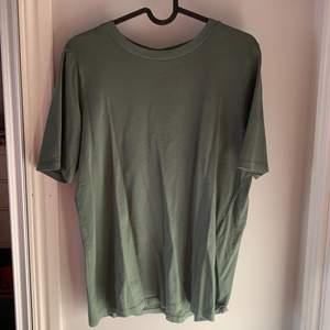 Grön T-shirt från Gina Tricot storlek S